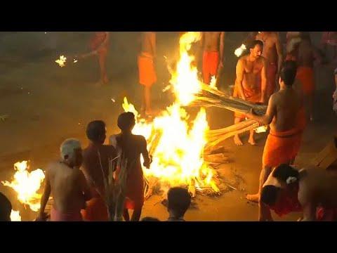 شاهد الآلاف يحتفلون بـمعركة النار في الهند