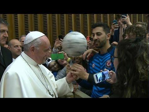مشهد طريف للبابا فرانسيس وهو يداعب كرة القدم