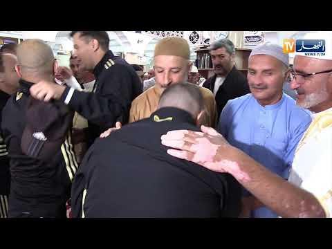 لاعبو المنتخب الجزائري يؤدون صلاة العيد بمسجد الشهداء